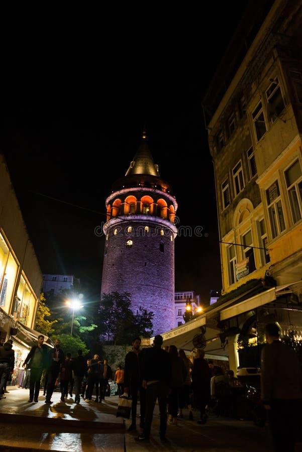 Vue de nuit Paysage urbain avec la tour de Galata au-dessus du klaxon d'or à Istanbul, Turquie image stock