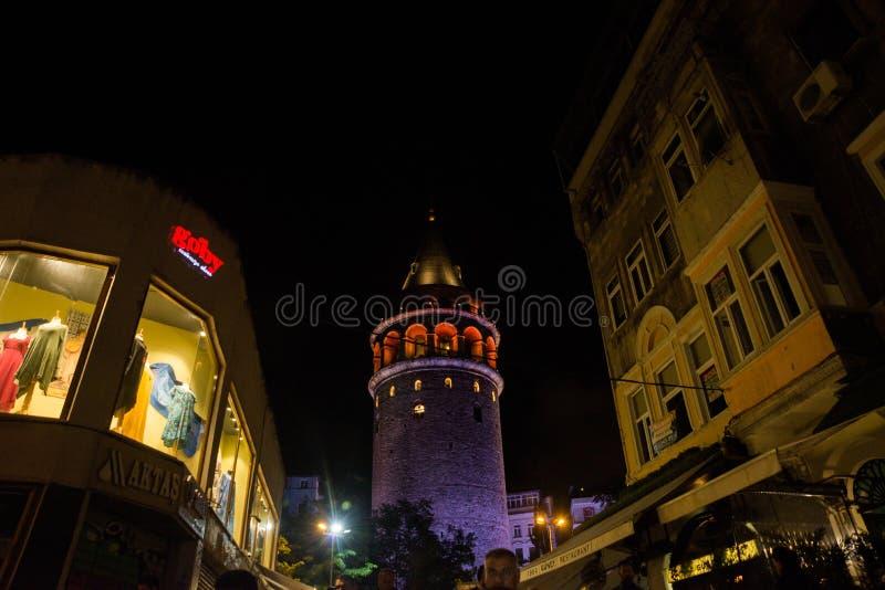 Vue de nuit Paysage urbain avec la tour de Galata au-dessus du klaxon d'or à Istanbul, Turquie image libre de droits