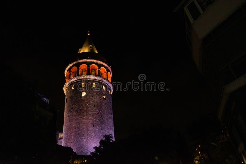Vue de nuit Paysage urbain avec la tour de Galata au-dessus du klaxon d'or à Istanbul, Turquie photographie stock
