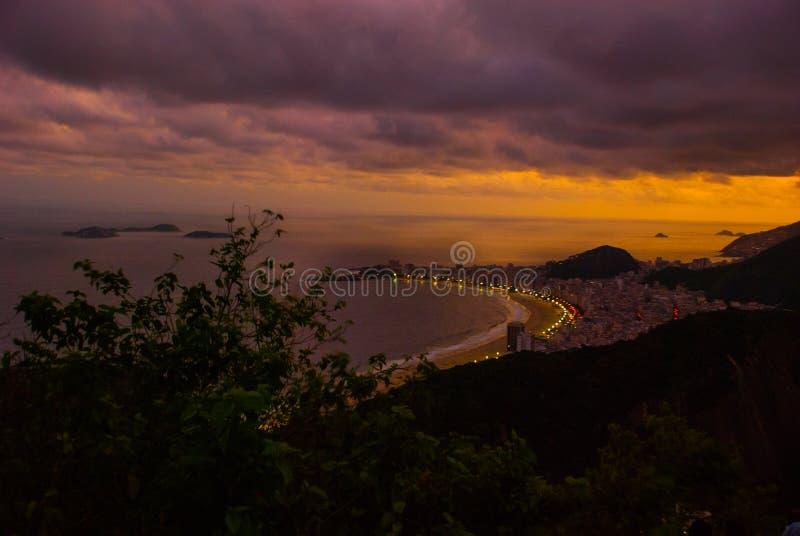 Vue de nuit de plage, d'Urca et de Botafogo de Copacabana de Sugar Loaf en Rio de Janeiro photo stock