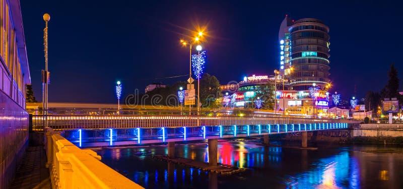 Vue de nuit de pont de Kubanskiy et de ` service de l'Alexandrie de ` de bureau, Sotchi photos stock