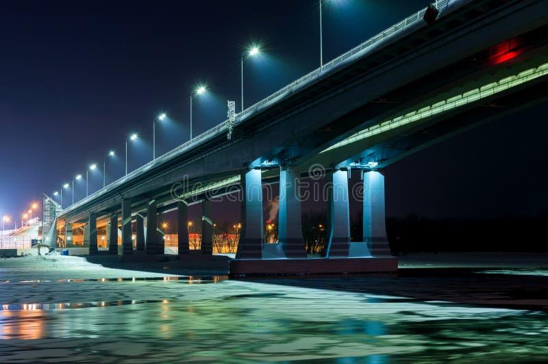 Vue de nuit de pont lumineux ci-dessus de rivi?re Don ? Rostov-On-Don en Russie photographie stock libre de droits