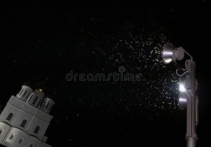 Vue de nuit de Pskov Kremlin Vue des insectes de foudre autour de la lanterne photo stock