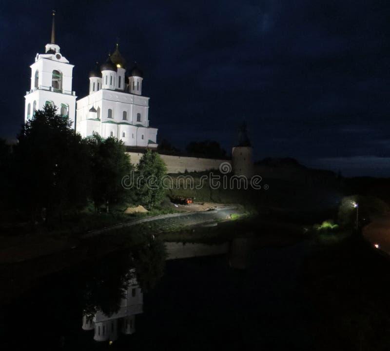 Vue de nuit de Pskov Kremlin Les bâtiments blancs de cathédrale se reflètent en eau de rivière photographie stock libre de droits