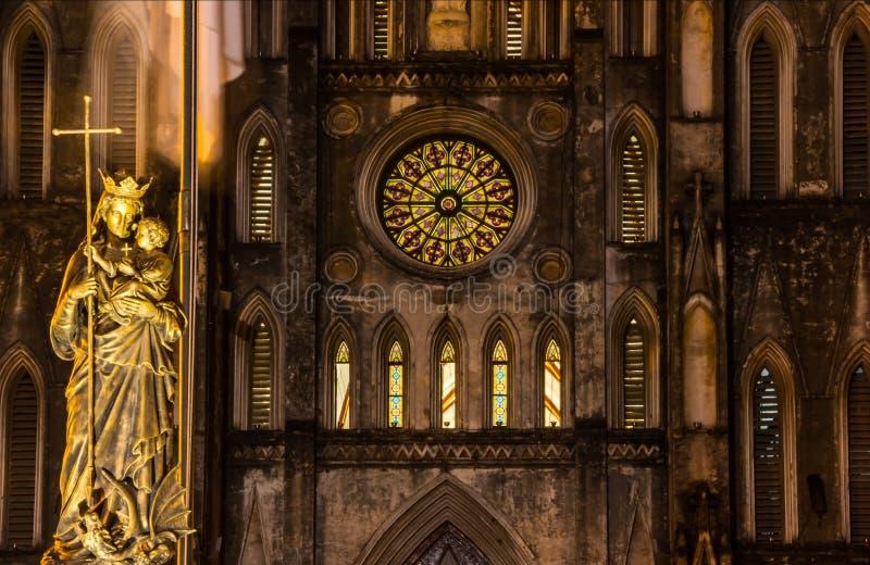 Vue de nuit de Regina Pacis Queen de statue de paix devant la cathédrale du ` s de St Joseph, Hanoï, Vietnam photo libre de droits