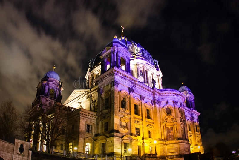 Vue de nuit sur le dôme berlinois image libre de droits