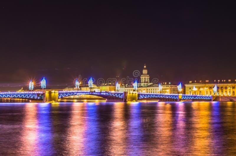 Vue de nuit sur le pont de palais à St Petersburg photographie stock libre de droits