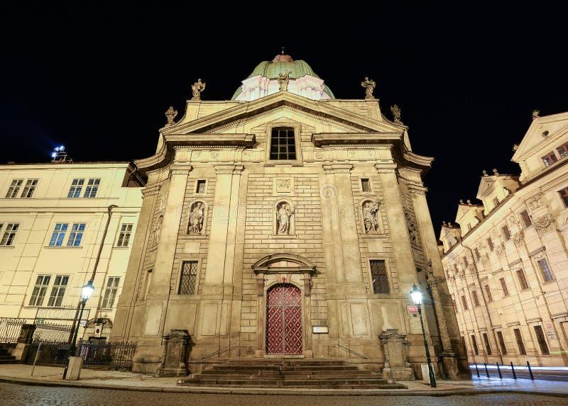 Vue de nuit sur St Francis antique d'église d'Assisi près de vieille ville, Prague photographie stock