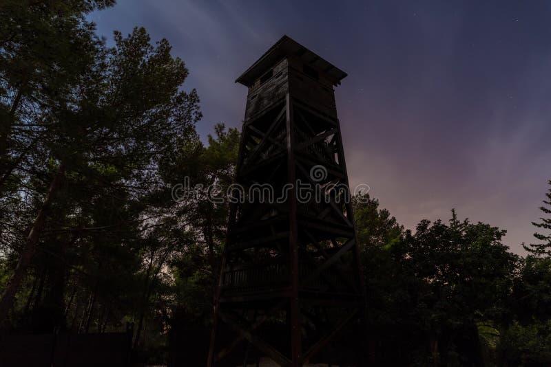 Vue de nuit sur une position abandonnée de mirador dans la forêt de Hanita à la frontière avec le Liban depuis la Guerre d'Indépe images libres de droits