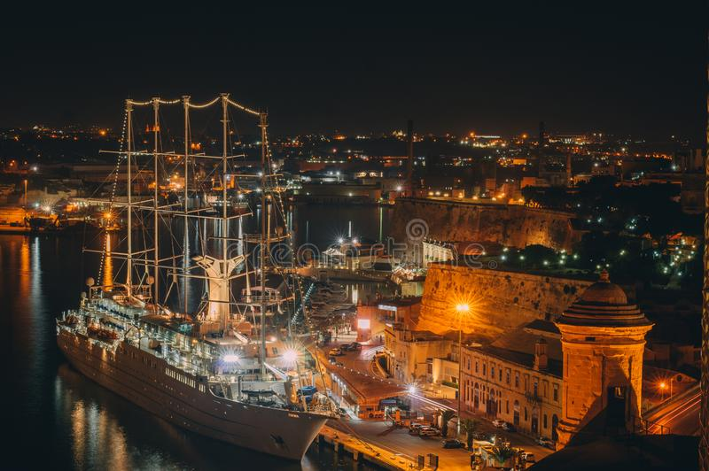 Vue de nuit vers le bord de mer de La Valette, Malte photos stock