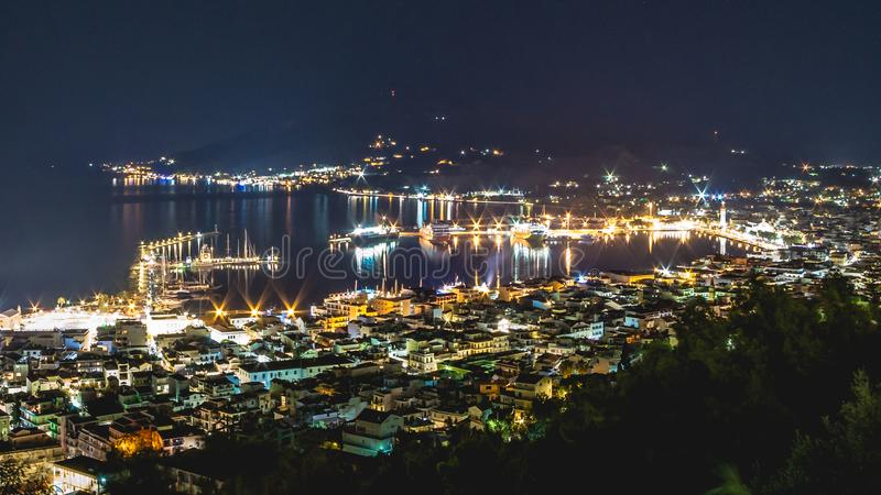 Vue de nuit de ville de Zakynthos, Grèce images stock