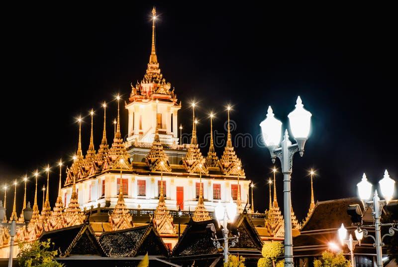 Vue de nuit de Wat Ratchanatdaram Woravihara du temple, Bangkok, Thaïlande photos libres de droits