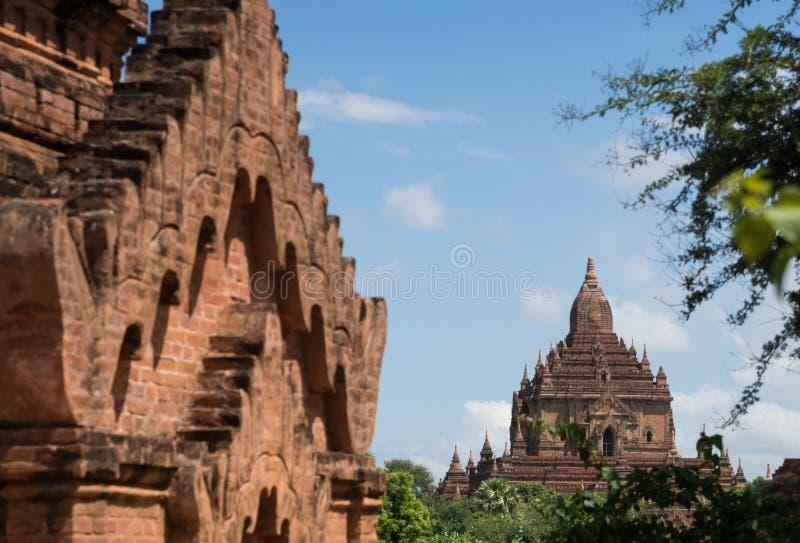 Vue de pagoda avec le plan rapproché de autre au champ bagan au myanmar photo libre de droits