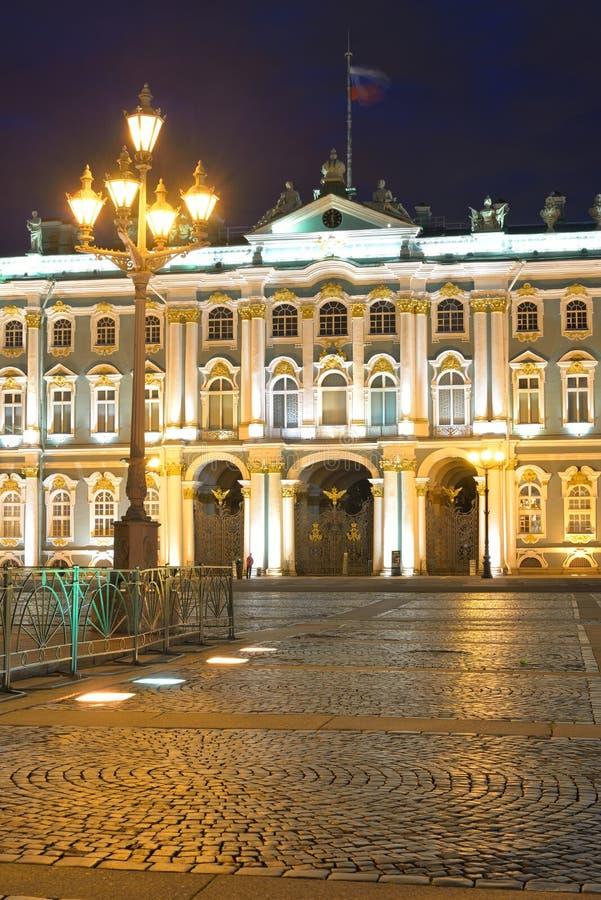 Vue de palais d'hiver la nuit photographie stock libre de droits