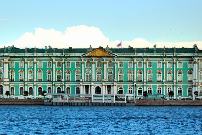 Vue de palais d'hiver, ou musée d'ermitage d'état de Neva River dans le St Petersbourg, Russie photos stock