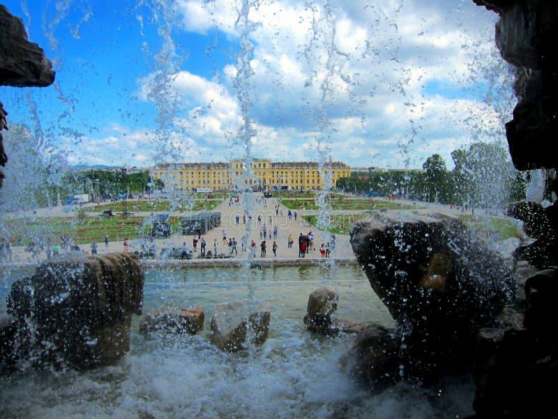 Vue de palais par derrière une fontaine photographie stock