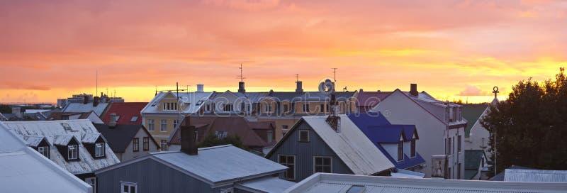 Vue de panorama au-dessus de ville de Reykjavik au coucher du soleil image libre de droits
