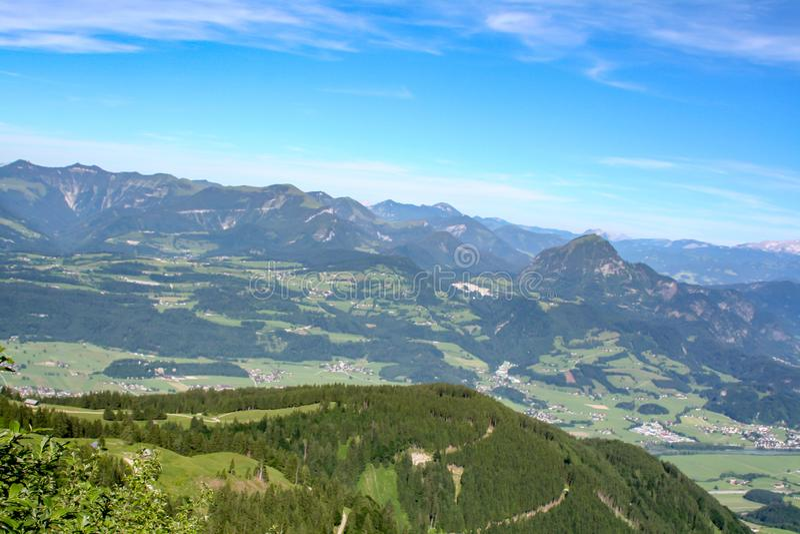 Vue de panorama au-dessus des alpes de l'Europe image stock