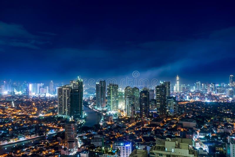 Vue de panorama au-dessus de l'horizon de Makati, Manille la nuit image libre de droits