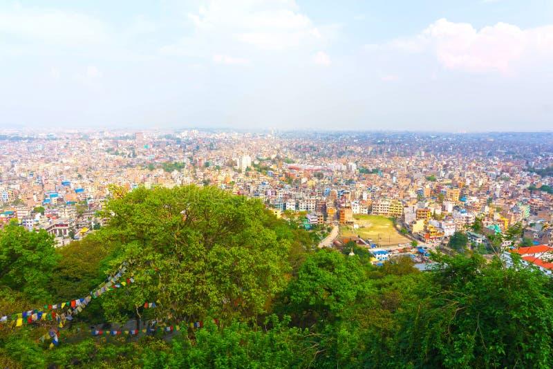 Vue de panorama au-dessus de ville de Katmandou de complexe de temple de Swayambhunath, Népal photos libres de droits