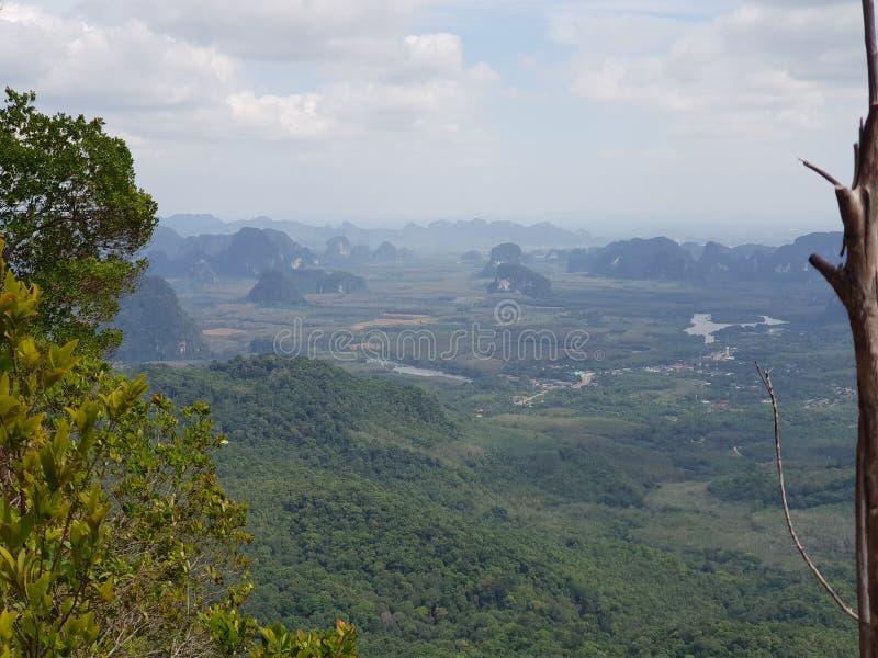 Vue de panorama au sentier de randonnée de jungle à la crête de dragon avec un arbre dans l'avant dans le NAK de Khao Ngon dans K photo libre de droits