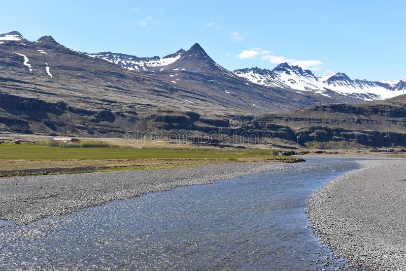 Vue de panorama aux montagnes de Vestrahorn dans le sud-est de l'Islande photographie stock libre de droits