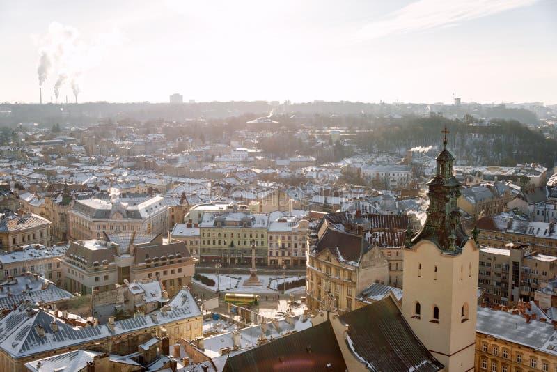 Vue de panorama d'hiver de hôtel de ville sur le centre ville à Lviv, Ukraine Vieilles constructions Toits couverts de neige image libre de droits