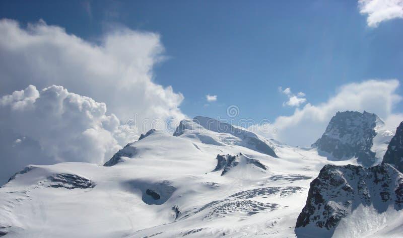 Vue de panorama d'un paysage de montagne près de Zermaat avec la crête célèbre de Strahlhorn photos libres de droits