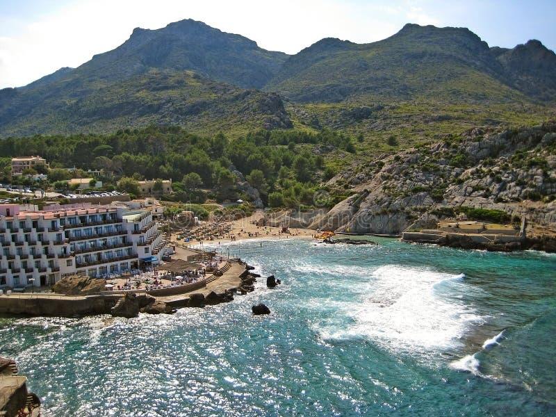 Vue de panorama de Cala Clara/barques avec l'hôtel, Majorca images libres de droits