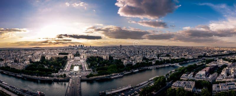 Vue de panorama de Tour Eiffel sur la rivière images stock
