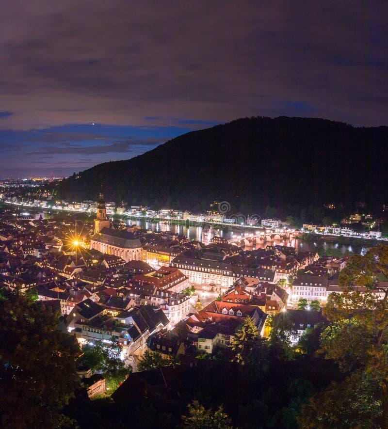 Vue de panorama du château d'Heidelberg à la vieille ville d'Heidelberg la nuit, Bade-Wurtemberg image libre de droits