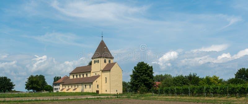 Vue de panorama de l'église de St Georg sur l'île de Reichenau sur le Lac de Constance images libres de droits