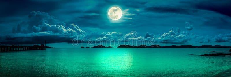 Vue de panorama de la mer Ciel coloré avec le nuage et la pleine lune lumineuse sur le paysage marin à la nuit Fond de nature de  image stock