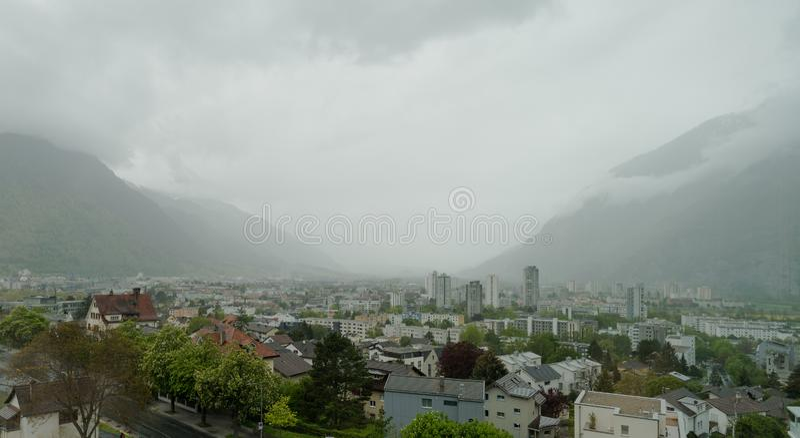 Vue de panorama de la ville de Chur un jour obscurci pluvieux malheureux fin avril photo stock