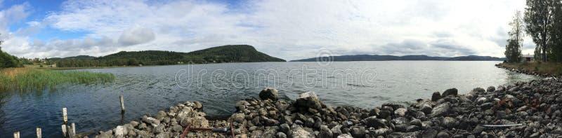 Vue de panorama sur un lac en Suède photographie stock libre de droits