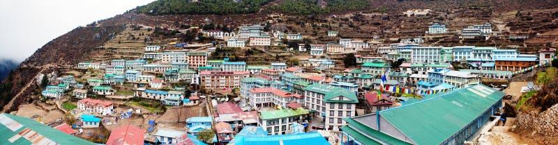 Vue de Panoramatic - de village de Bazar de Namche photographie stock