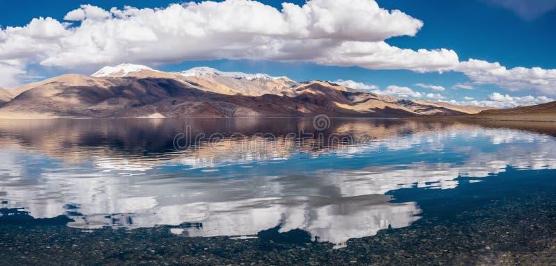 Vue de panorame de lac tso Moriri photographie stock libre de droits