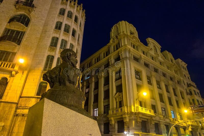 Vue de par l'intermédiaire de rue de Laietana la nuit à Barcelone, Catalogne, Espagne images stock