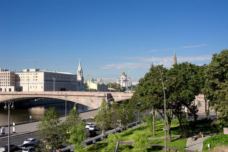 Vue de parc Zaryadye au-dessus de pont de Bolshoy Moskvoretsky dans Mosc image stock