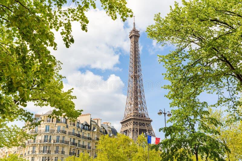 Vue de Paris avec Tour Eiffel et un drapeau français photo libre de droits