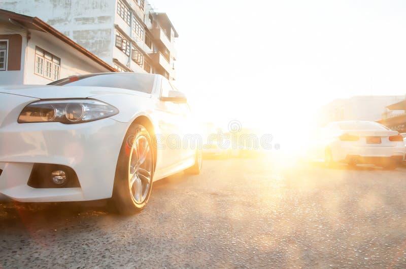Vue de partie antérieure de voiture d'éclat propre moderne et un bon nombre blancs de blancs parking dans l'aire de stationnement photo stock