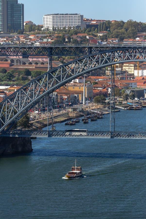 Vue de passerelle de D Pont de Luis, avec deux souterrains à croiser au dessus, à la rivière de Douro avec des bateaux et à la vi images stock