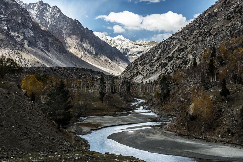 Vue de pays du Pakistan le long de route de Karakorum photo stock