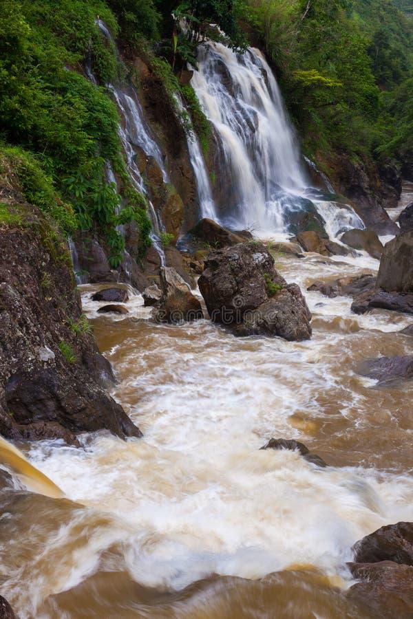 Vue de paysage de cascade de baisse en baisse d'eau douce photographie stock
