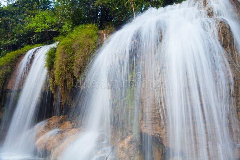 Vue de paysage de cascade des écoulements d'eau frais sur la roche photo libre de droits