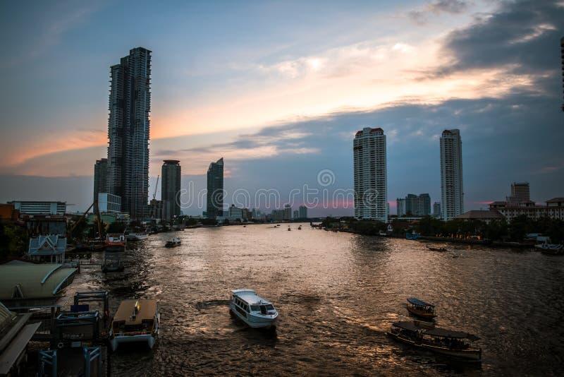 Vue de paysage de coucher du soleil chez le fleuve Chao Phraya Bangkok, Tha?lande photographie stock
