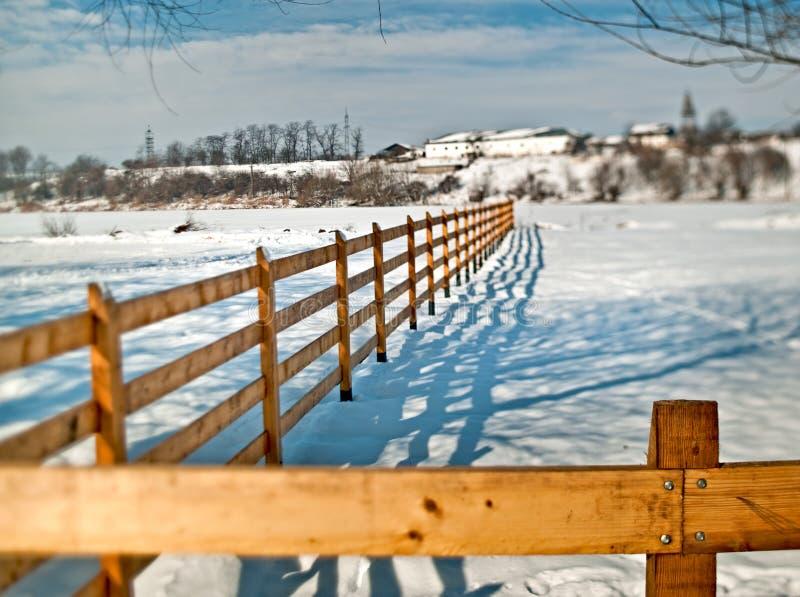 Vue de paysage d'hiver de monastère de Cernica avec la barrière image libre de droits