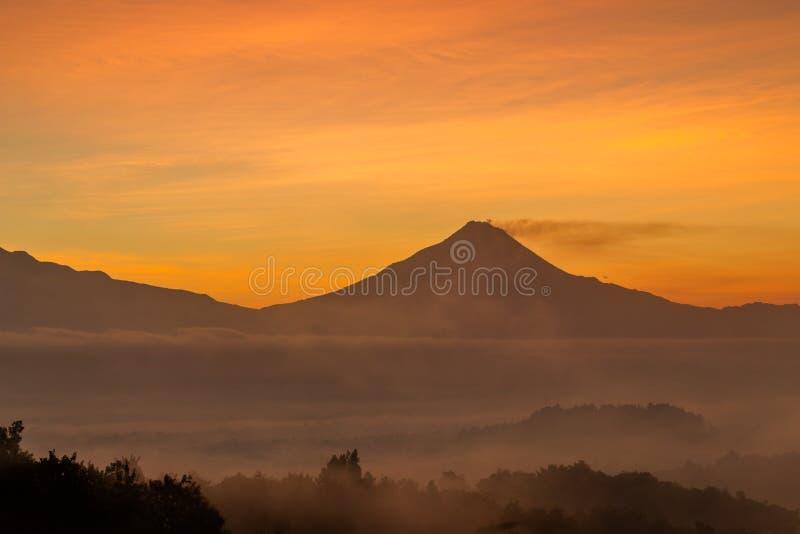 Vue de paysage de montagne de Merapi de colline de Punthuk Setumbu image libre de droits