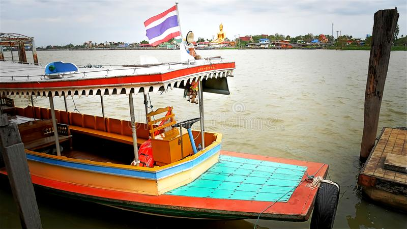 Vue de paysage de l'amarrage exprès de bateau au pilier en Chao Phraya River, Thaïlande photographie stock libre de droits