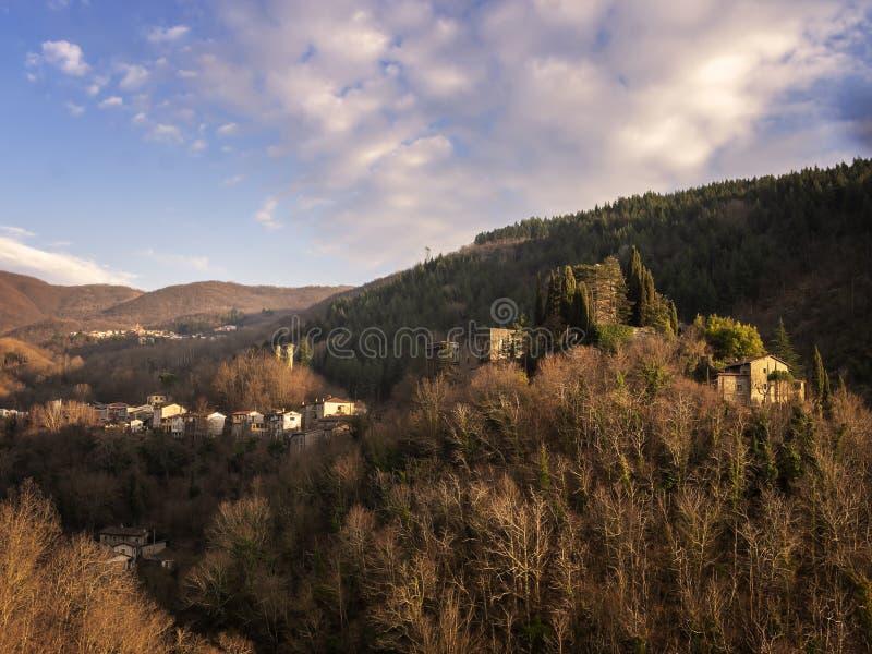 Vue de paysage de Lunigiana, Toscane du nord, Italie Vue de Verrucola venant de Pognana Belle soirée de ressort photos stock